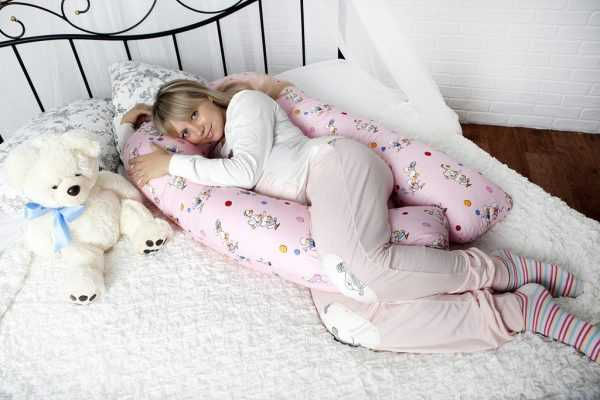 беременная лежит на специальной подушке
