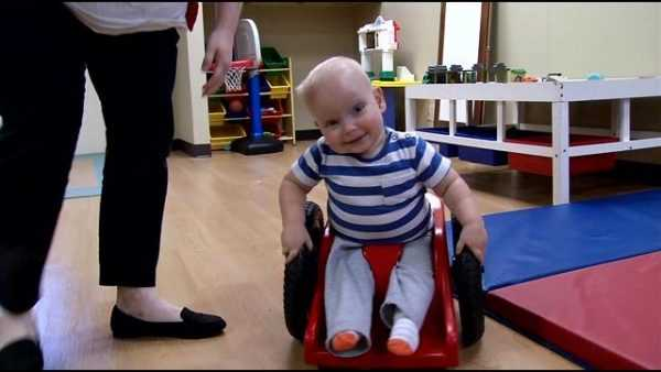 Мальчик со спиной Бифида сидит в инвалидной коляске