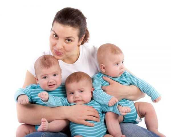 Мама держит тройняшек