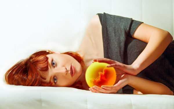Виртуальное изображение плода в руках у девушки