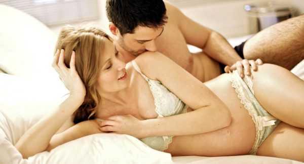 Будущая мама в постели с супругом