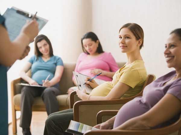Женщины сидят, слушают и записывают