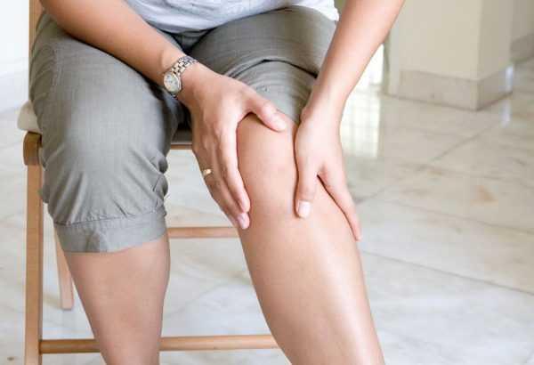 Женщина разминает отёкшие ноги