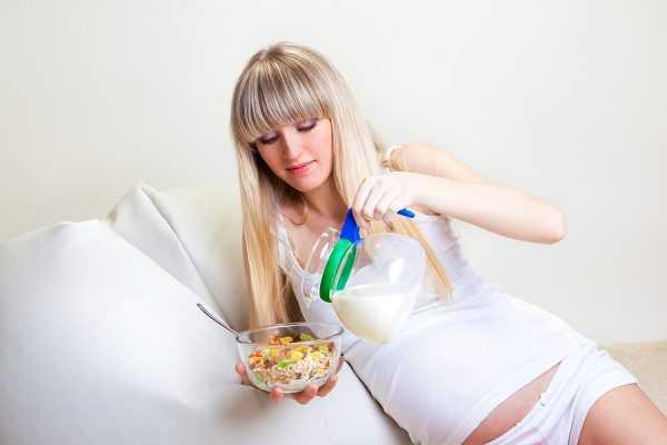 Беременная женщина ест