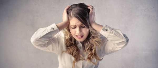 девушка с отчаянием на лице держится за голову