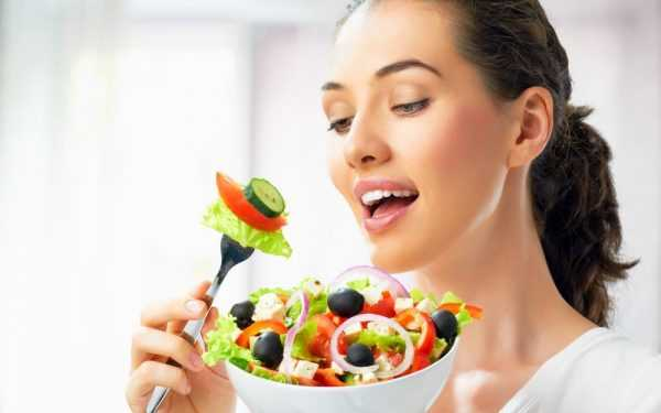 девушка держит миску с овощным салатом