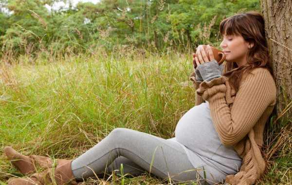 Будущая мама на природе пьёт чай