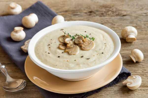 Суп-пюре с шампиньонами в тарелке