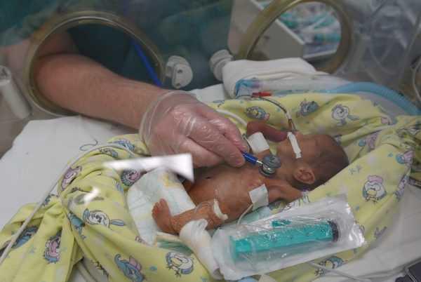 Новорождённый с малым весом в кувезе