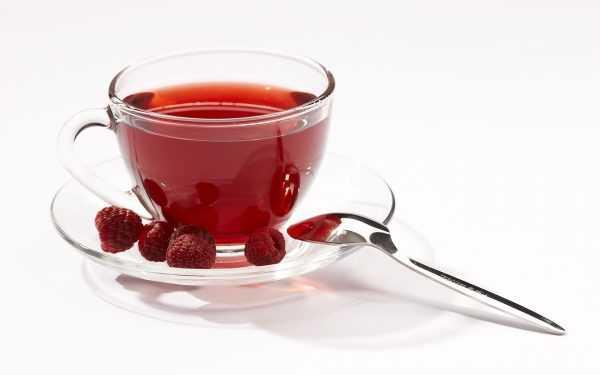 Чай с малиной в прозрачной чашке