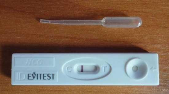 Кассетный тест Evitest с отрицательным результатом рядом с пипеткой