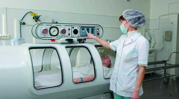 женщина в барокамере, врач подносит палец к индикатору