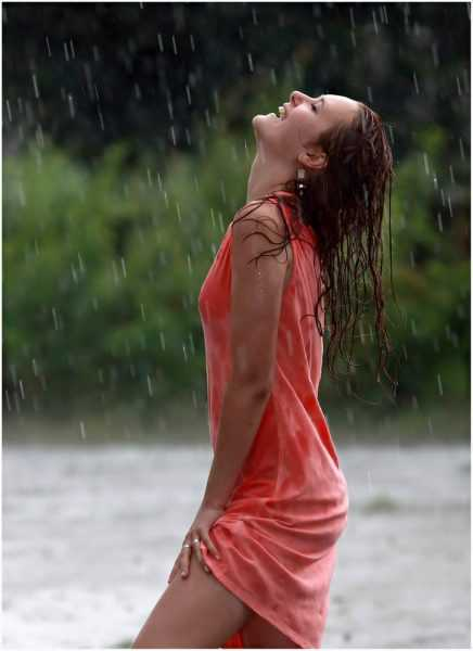 женщина под дождём
