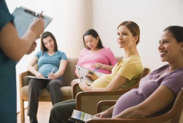 Будущие мамы сидят на стульях