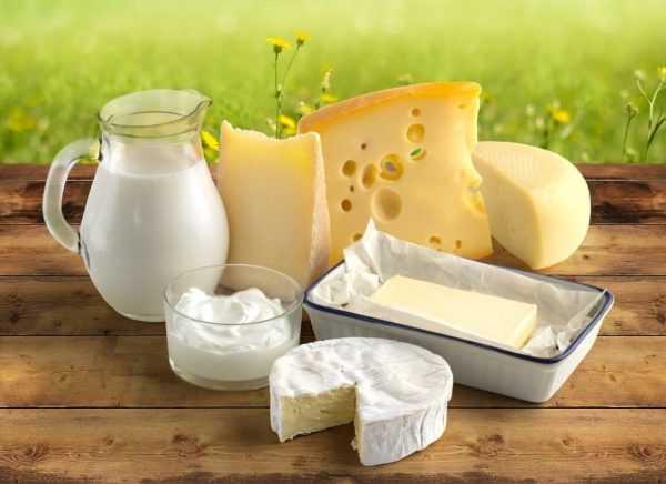 Молочные продукты лежат на деревянном столе