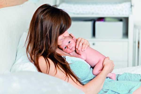 Женщина лежит и обнимает ребёнка