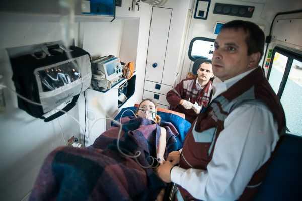 Женщина в машине скорой помощи