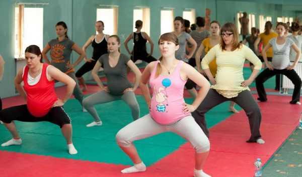 Беременные выполняют приседания