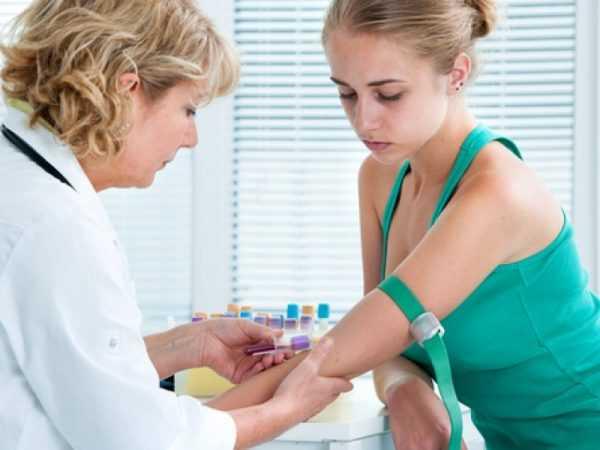 у девушки врач берёт кровь из вены