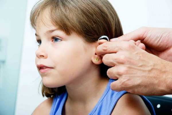 ребенок в слуховом аппарате