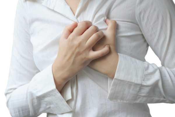 женщина держится за сердце