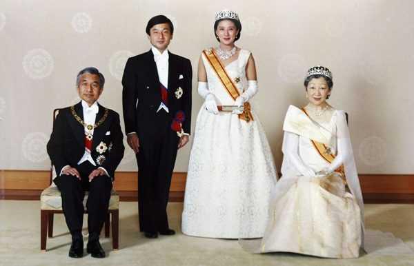 Император Японии Акихито с императрицей и сыном — наследным принцем