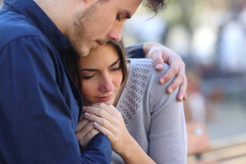 Парень утешает грустную девушку