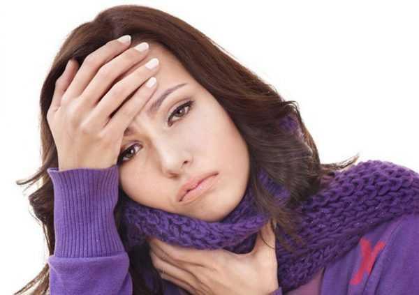 девушка держится за горло, обмотанное шарфом