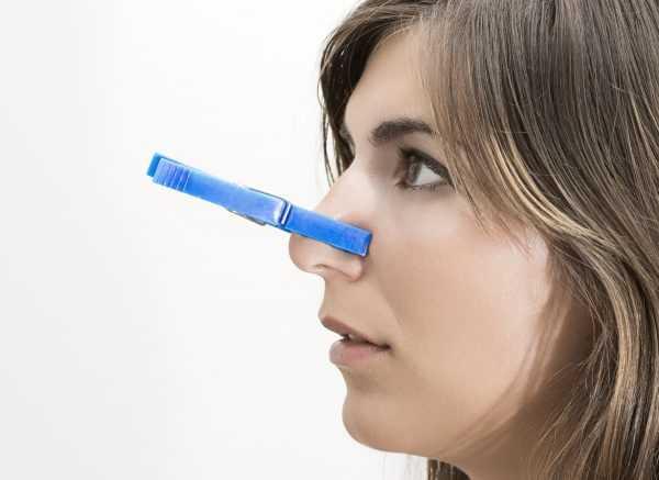 Прищепка на носу у девушки
