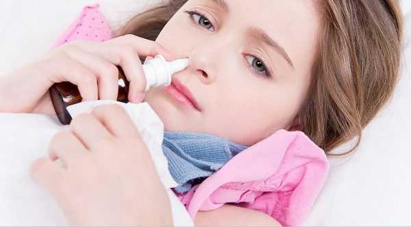 Девушка брызгает лекарство в нос