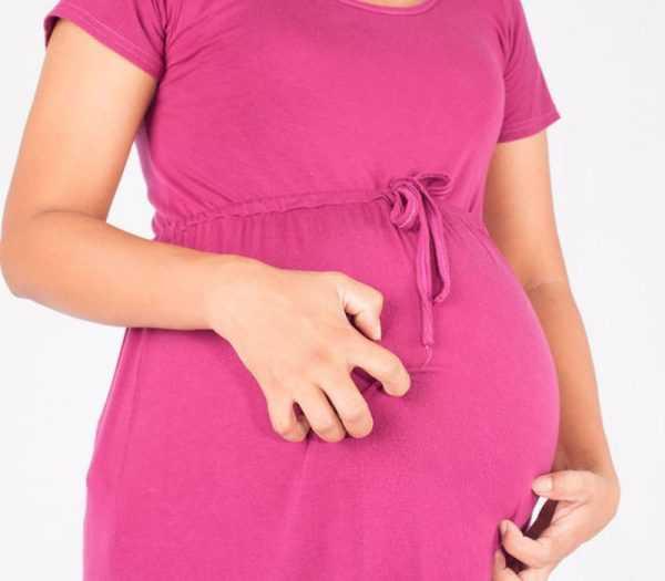 Беременная чешет живот