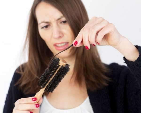 девушка снимает с расчёски клок волос