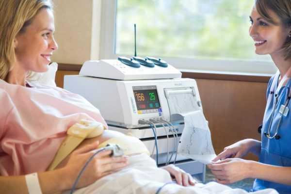 Беременная на процедуре кардиотокографии