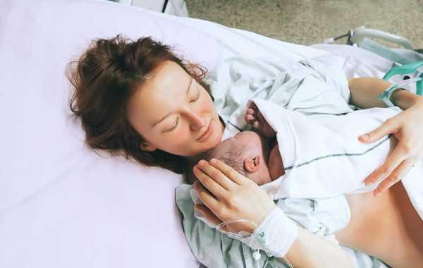 новорожденный на груди у мамы