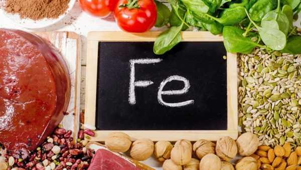 Доска с надписью «Fe», вокруг которой лежат продукты