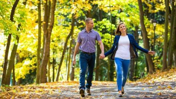 мужчина и женщина гуляют в парке