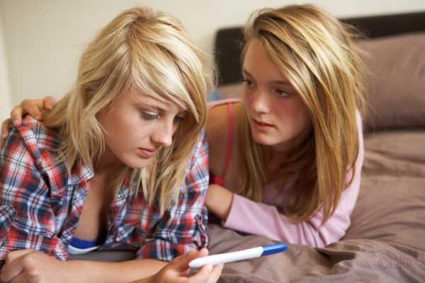 Две девушки с тестом на беременность