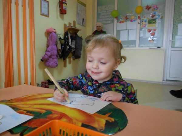 девочка рисует овечку