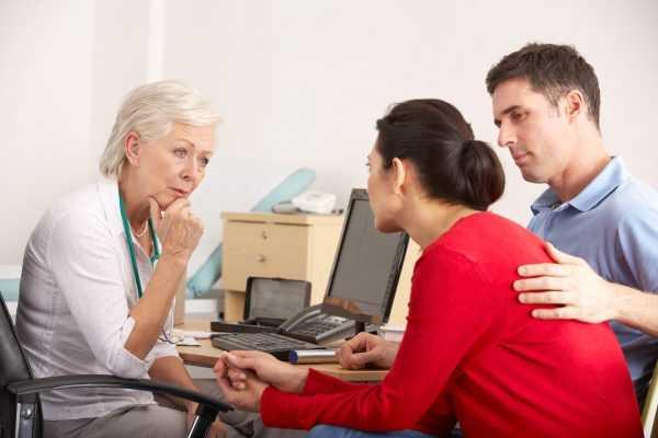 Семейная пара беседует с врачом