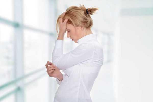 беременная закрыв глаза держится за голову