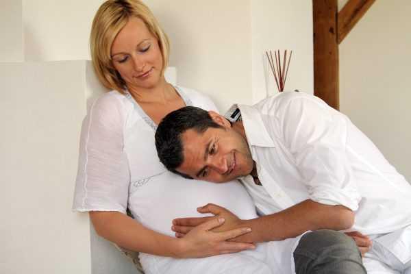 Супруг приложил ухо к животу беременной жены