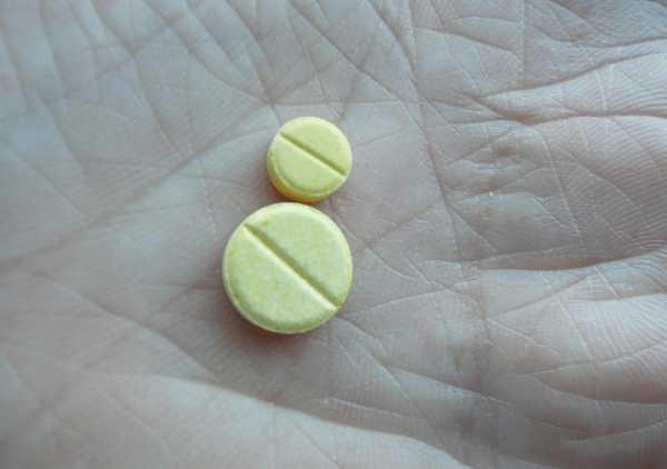 Таблетки фолиевой кислоты на ладони