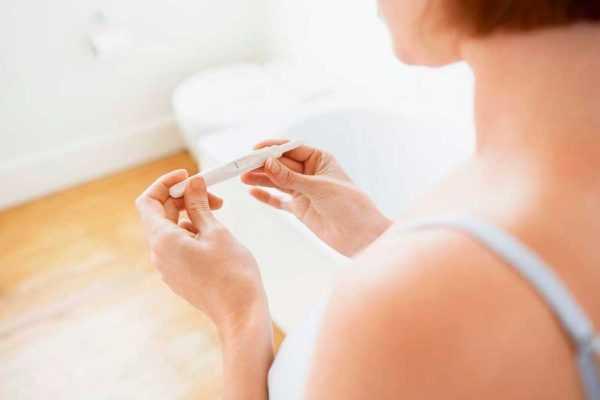 Тест на беременность в руках женщины