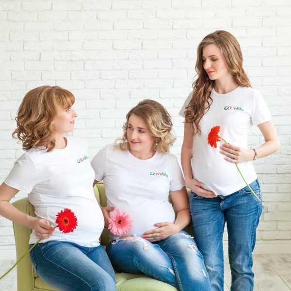 Три будущие мамы в одинаковой одежде