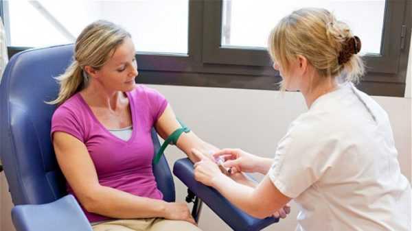 У беременной берут кровь на анализ