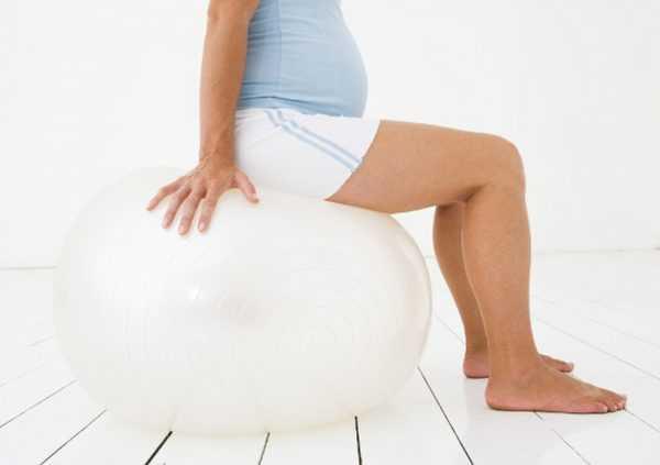 Беременная на фитболе