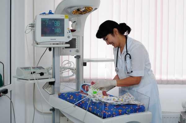 новорождённый подключён к аппарату, рядом врач