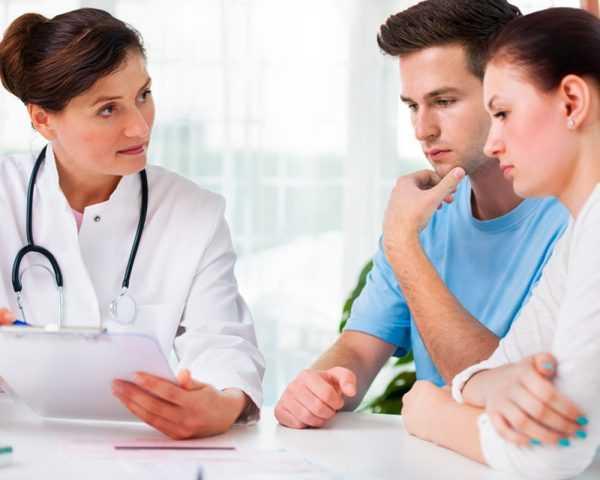 Врач назначает супружеской паре необходимые анализы