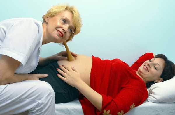 Врач слушает сердцебиение малыша