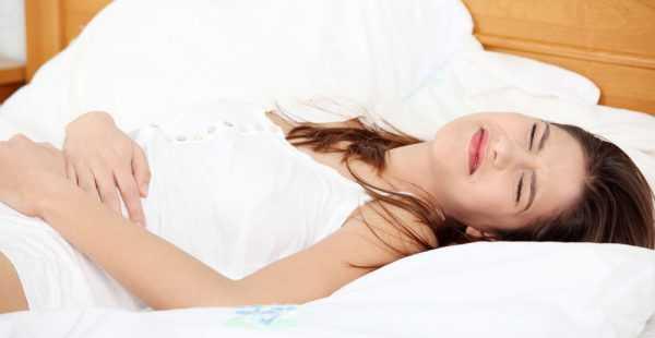 Женщина лежит на постели